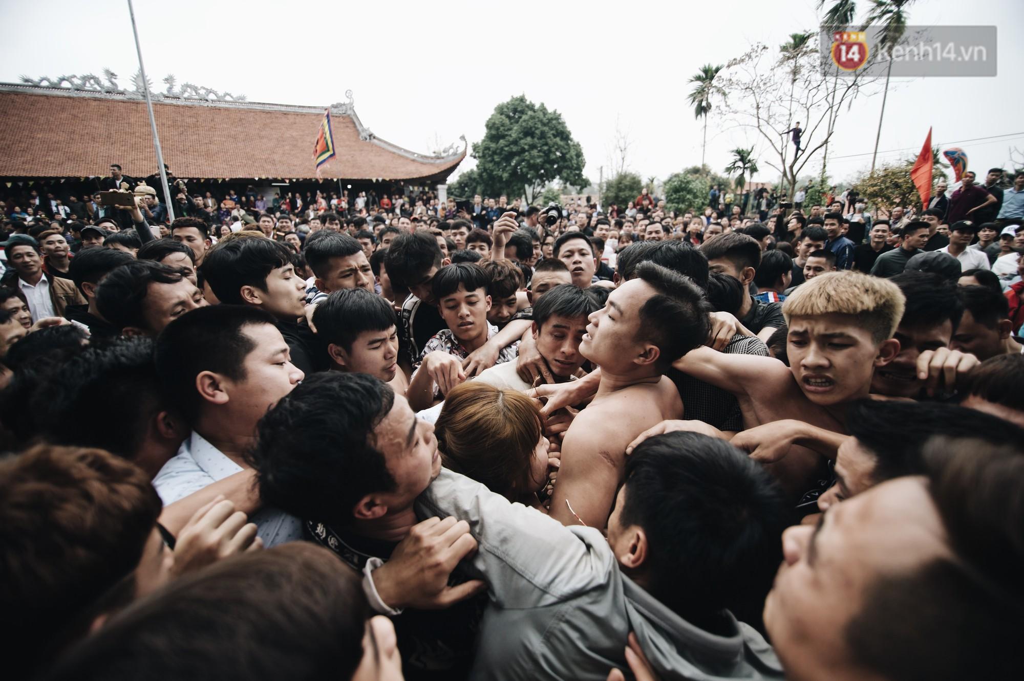 Hàng trăm thanh niên giẫm đạp, tranh cuớp chiếu thiêng mong sinh con trai - Ảnh 10.