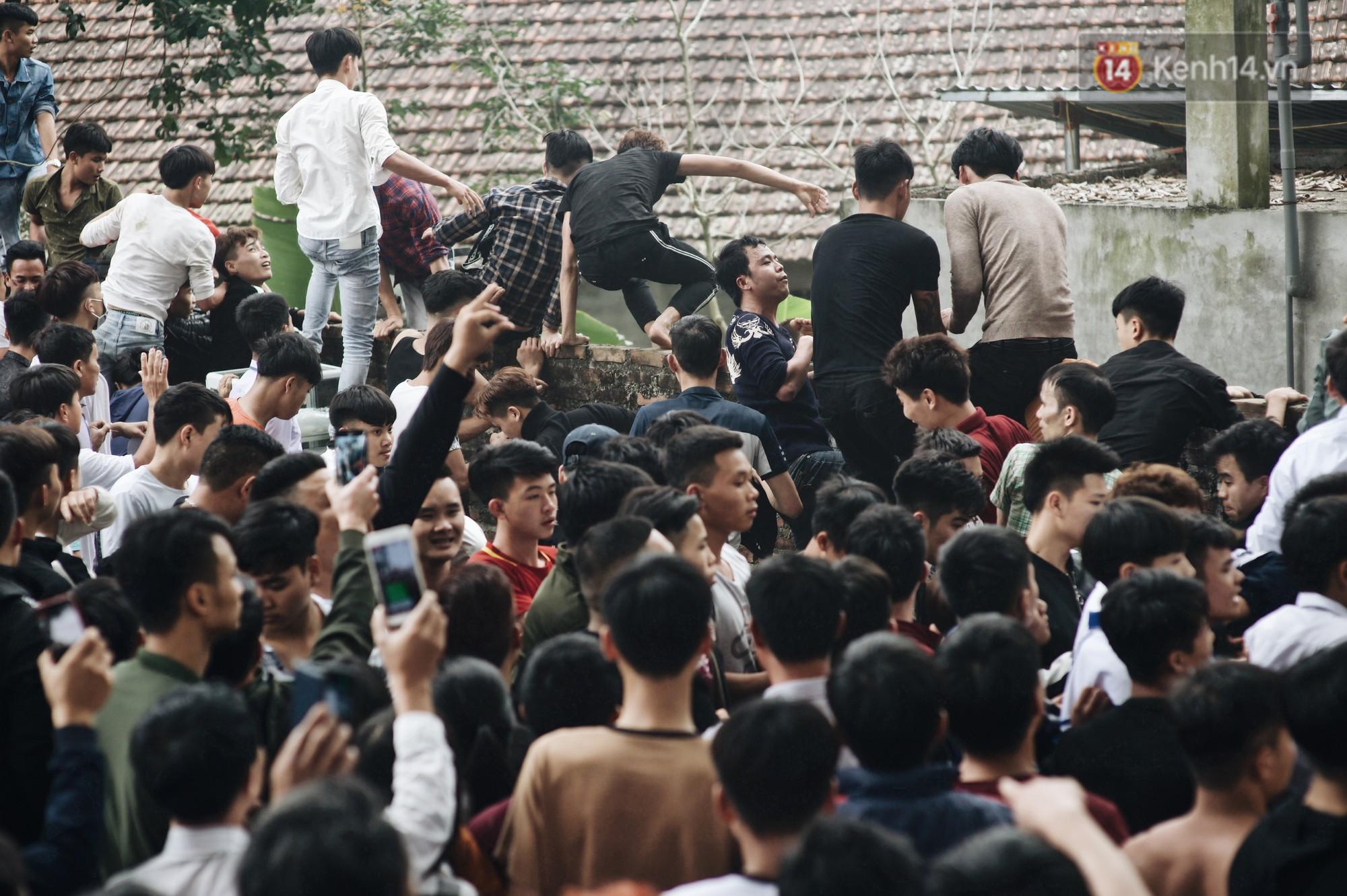 Hàng trăm thanh niên giẫm đạp, tranh cuớp chiếu thiêng mong sinh con trai - Ảnh 11.