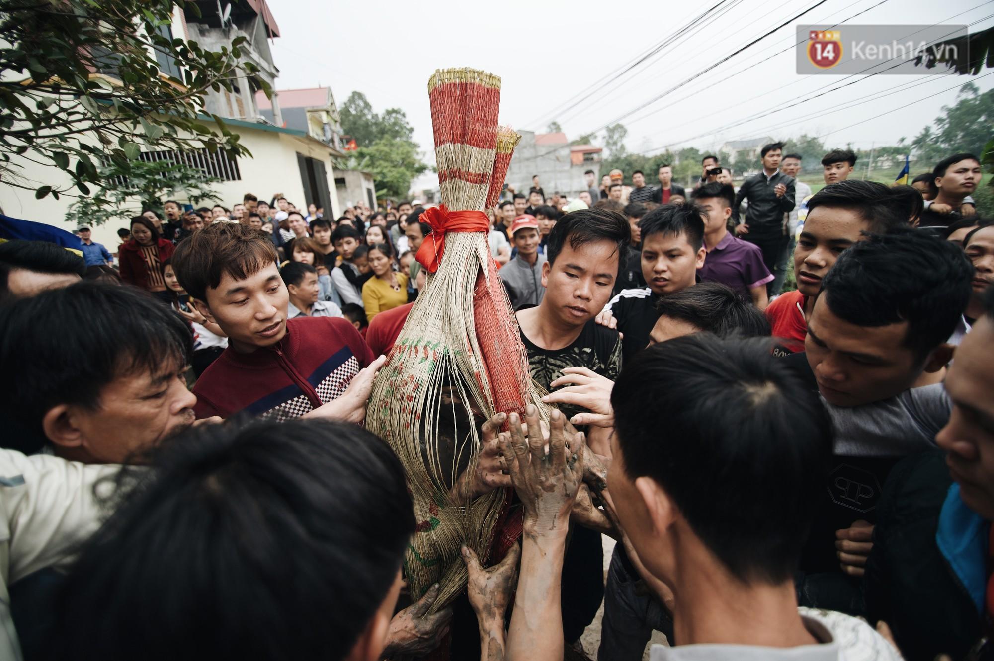 Hàng trăm thanh niên giẫm đạp, tranh cuớp chiếu thiêng mong sinh con trai - Ảnh 9.