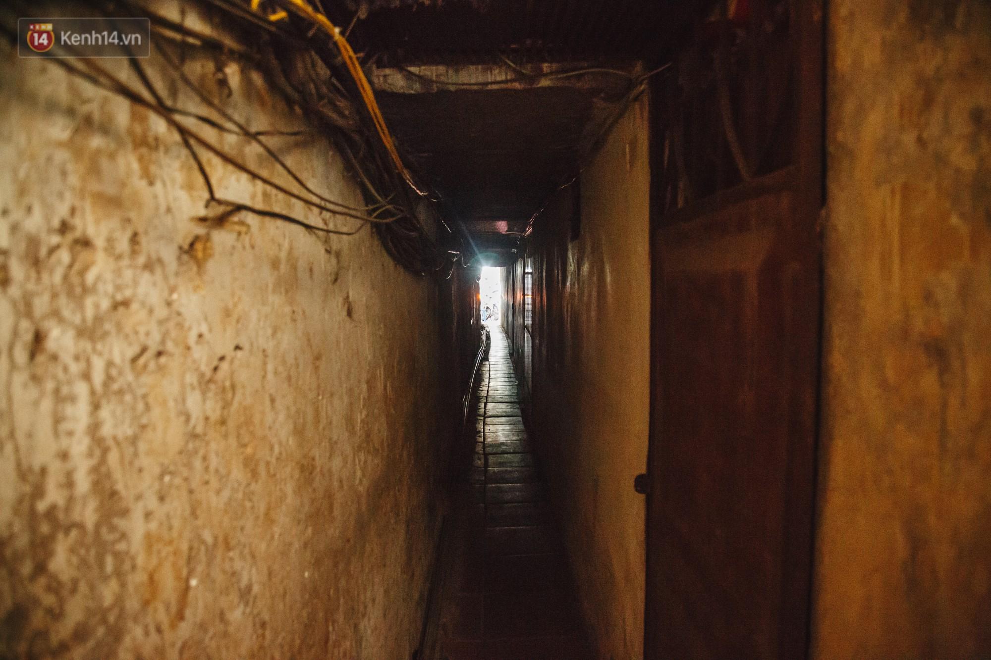 Cuộc sống bên trong những con ngõ chỉ vừa 1 người đi ở Hà Nội: Đèn điện bật sáng dù ngày hay đêm - Ảnh 12.