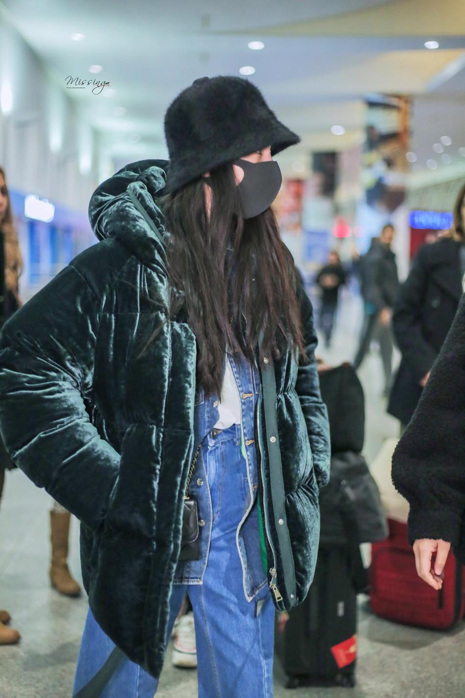 Sau kỳ nghỉ Tết không ở bên con gái, Dương Mịch lặng lẽ để mặt mộc lên đường sang New York dự tuần lễ thời trang - Ảnh 1.