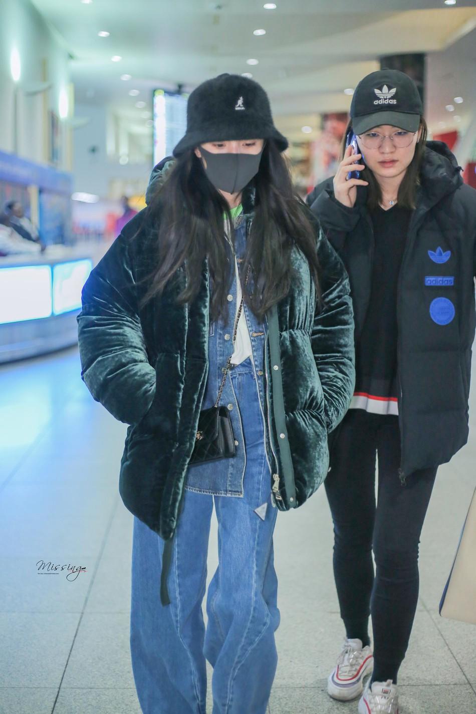 Sau kỳ nghỉ Tết không ở bên con gái, Dương Mịch lặng lẽ để mặt mộc lên đường sang New York dự tuần lễ thời trang - Ảnh 4.