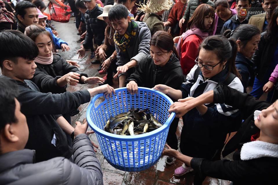 Hà Nội: Gần 10 tấn cá được hàng nghìn phật tử chuyền tay nhau trong lễ phóng sinh đầu năm - Ảnh 10.