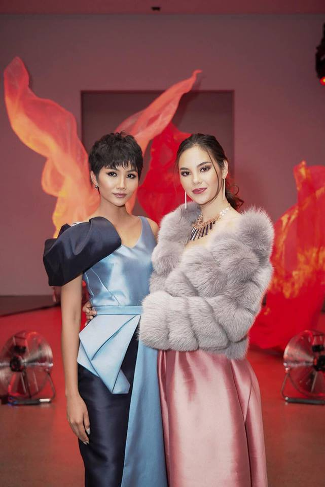 Tân Hoa hậu Hoàn vũ Catriona Gray hội ngộ HHen Niê trên đất Mỹ, nói Xin chào Việt Nam cực đáng yêu - Ảnh 3.