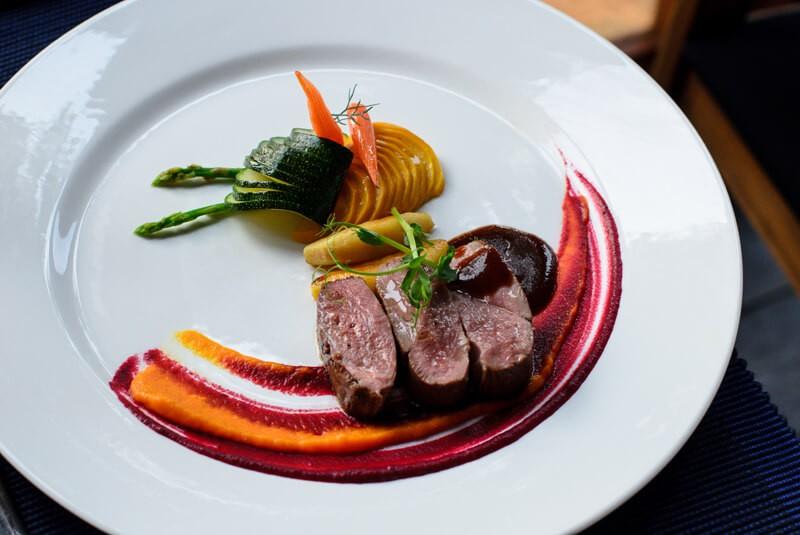 Tại sao những nhà hàng sang trọng bậc nhất luôn phục vụ khẩu phần ăn bé tí trên một chiếc đĩa to? - Ảnh 5.