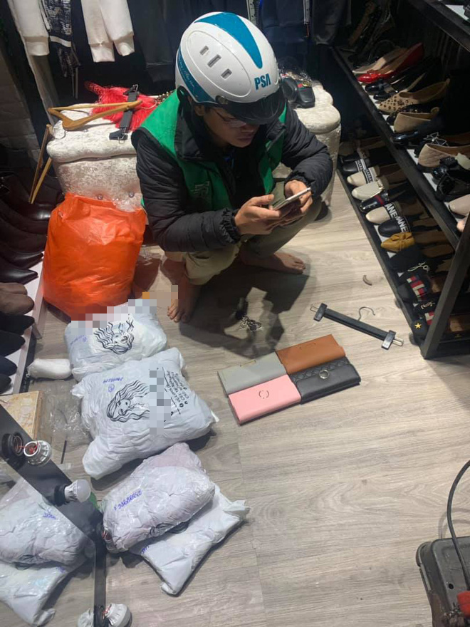 Tranh thủ đi làm sớm để chọn và chụp ảnh ví cho vợ chọn làm quà ngày Valentine, anh shipper khiến chủ shop chạnh lòng - Ảnh 2.