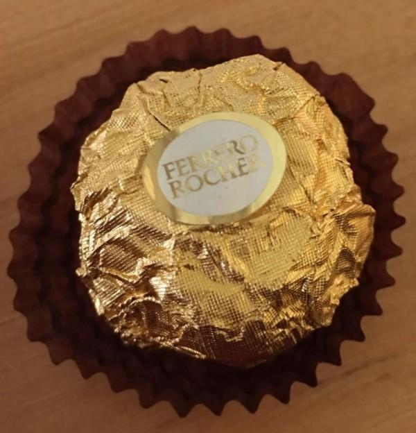 Tức giận vì tưởng bị bạn trai troll tặng một cục giấy vệ sinh ngày Valentine, cô gái bất ngờ khi phát hiện bí mật bên trong - Ảnh 1.