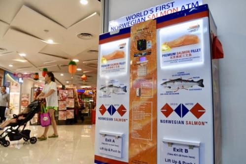 Lần đầu tiên trong lịch sử, Singapore cho ra mắt cây ATM không rút được tiền mà chỉ rút được... cá hồi - Ảnh 1.