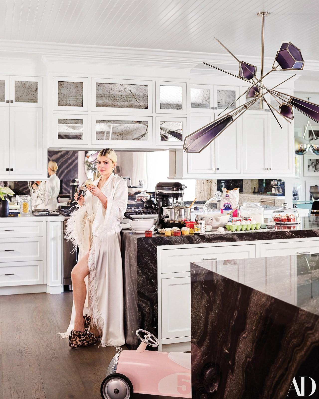 Giàu có và sành điệu như Kylie Jenner: Đến khăn tắm cũng phải là đồ hiệu Louis Vuitton, chi hơn 200 triệu chỉ để lau người - Ảnh 2.