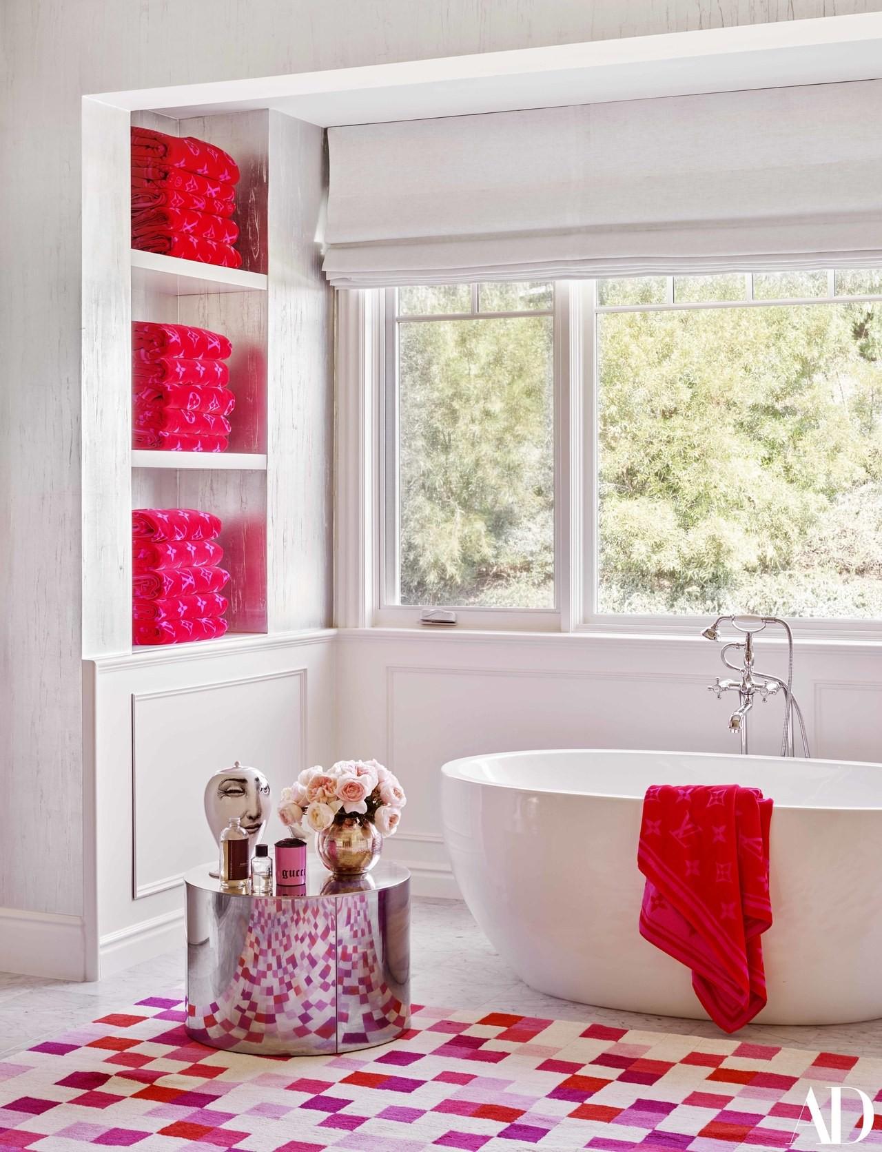 Giàu có và sành điệu như Kylie Jenner: Đến khăn tắm cũng phải là đồ hiệu Louis Vuitton, chi hơn 200 triệu chỉ để lau người - Ảnh 4.