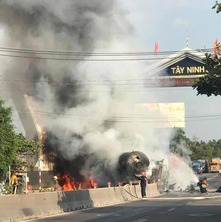 Tây Ninh: Xe chở xăng dầu tông dải phân cách rồi bốc cháy dữ dội, người đi đường bỏ chạy tán loạn - Ảnh 2.