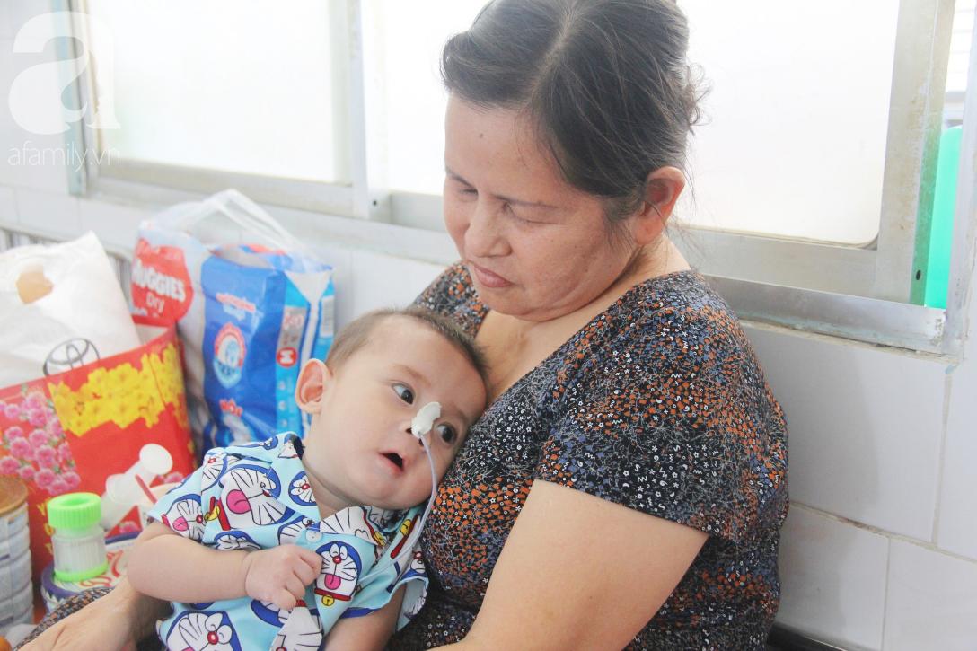 Ánh mắt cầu cứu của bé trai 7 tháng tuổi bị mẹ bỏ rơi trước cổng