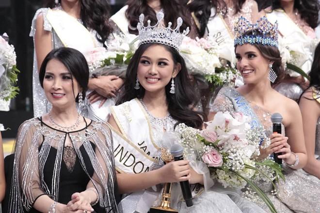 Mỹ nhân 18 tuổi vừa lên ngôi Hoa hậu Indonesia: Xinh xắn nhưng khả năng nói 4 thứ tiếng, học lực mới gây ngỡ ngàng - Ảnh 2.