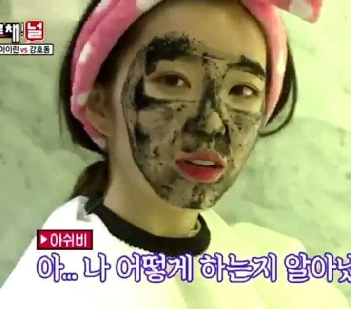 Chán đắp mặt nạ, nữ thần Irene nhà SM đắp mặt bằng mực để vẽ chân dung cho nhanh - Ảnh 1.