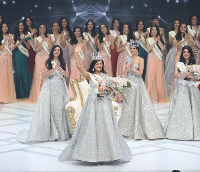 Mỹ nhân 18 tuổi vừa lên ngôi Hoa hậu Indonesia: Xinh xắn nhưng khả năng nói 4 thứ tiếng, học lực mới gây ngỡ ngàng - Ảnh 1.