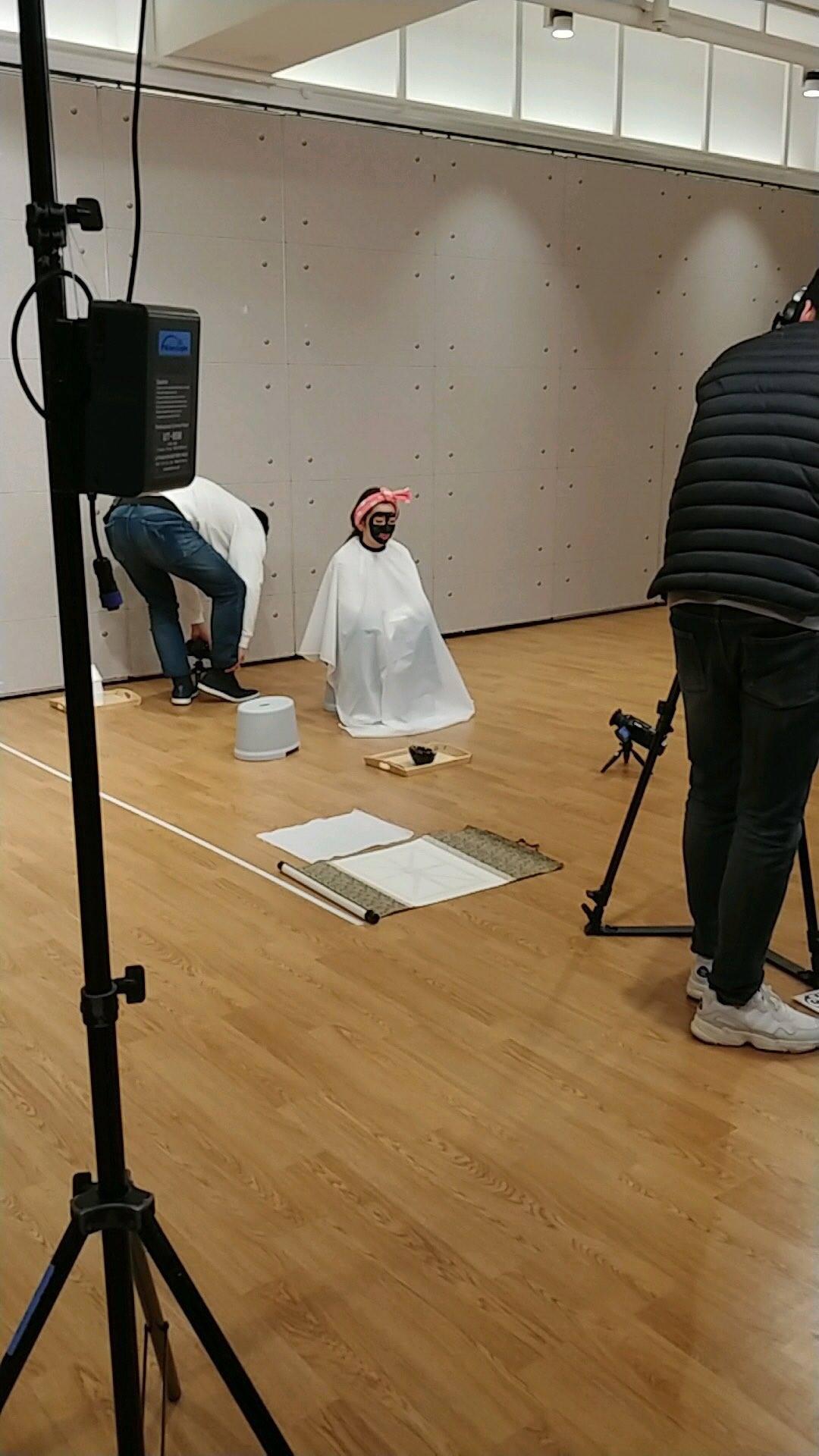 Chán đắp mặt nạ, nữ thần Irene nhà SM đắp mặt bằng mực để vẽ chân dung cho nhanh - Ảnh 2.