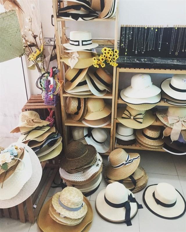 Tin được không: Gucci vừa ra mắt mũ cói giá 9 triệu, trông chẳng khác gì mũ bán đầy ở nước mình - Ảnh 5.