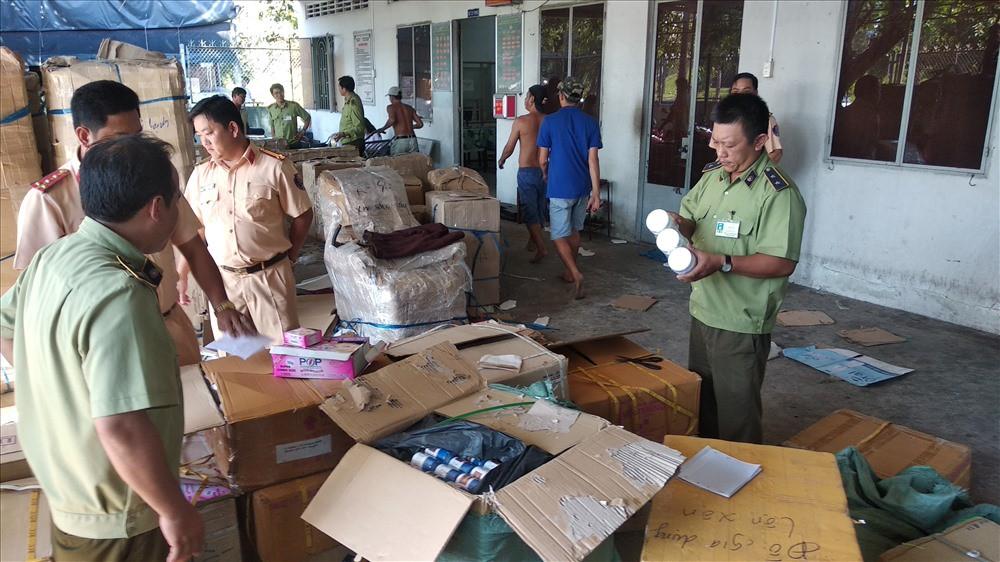 Bắt lô hàng lớn có chứa hàng trăm thùng mỹ phẩm không rõ nguồn gốc - Ảnh 1.