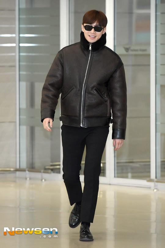 Màn đọ dáng tại sân bay gây thất vọng: Yoona dẹo người vì chân cong, Park Seo Joon già nua bất ngờ - Ảnh 6.