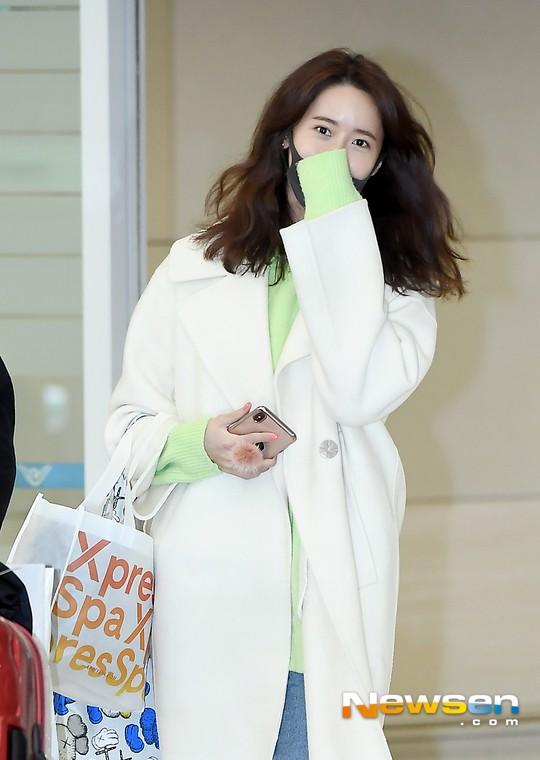 Màn đọ dáng tại sân bay gây thất vọng: Yoona dẹo người vì chân cong, Park Seo Joon già nua bất ngờ - Ảnh 3.