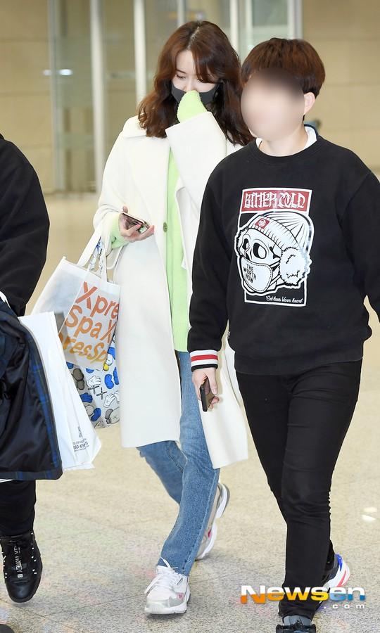 Màn đọ dáng tại sân bay gây thất vọng: Yoona dẹo người vì chân cong, Park Seo Joon già nua bất ngờ - Ảnh 1.