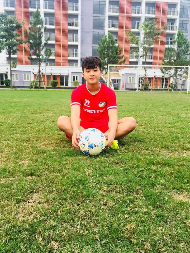 Danh tính 2 chàng cầu thủ điển trai đang được tìm kiếm nhiều nhất sau trận ra quân của U22 Việt Nam - Ảnh 2.