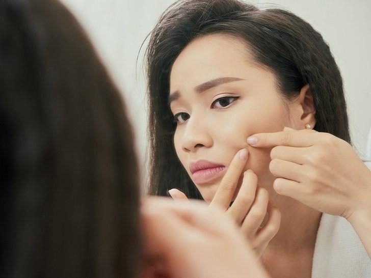 Dùng điện thoại thường xuyên hãy nhớ kỹ 4 điều này để không làm tổn hại da mặt - Ảnh 1.