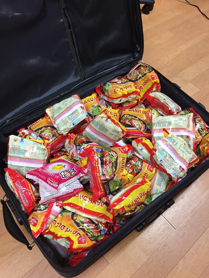 Chuyện thật như đùa: Du học sinh Việt nhét đầy vali toàn Băng vệ sinh, mỳ tôm để quay lại trường sau Tết - Ảnh 3.