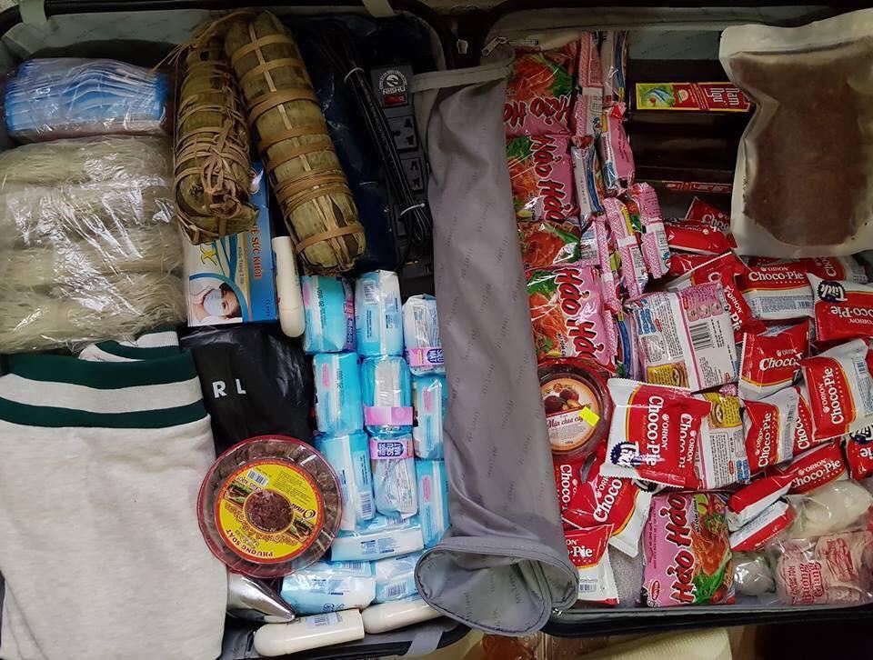 Chuyện thật như đùa: Du học sinh Việt nhét đầy vali toàn Băng vệ sinh, mỳ tôm để quay lại trường sau Tết - Ảnh 1.