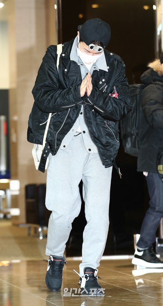 Em út mặt trắng bệch dẫn đầu đoàn BTS đọ sắc với Suho (EXO), mỹ nhân Seolhyun khoe dáng sang chảnh tại sân bay - Ảnh 2.