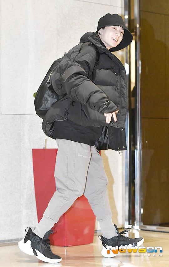 Em út mặt trắng bệch dẫn đầu đoàn BTS đọ sắc với Suho (EXO), mỹ nhân Seolhyun khoe dáng sang chảnh tại sân bay - Ảnh 7.