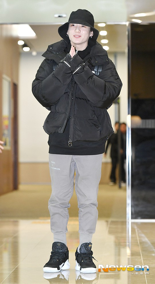 Em út mặt trắng bệch dẫn đầu đoàn BTS đọ sắc với Suho (EXO), mỹ nhân Seolhyun khoe dáng sang chảnh tại sân bay - Ảnh 9.