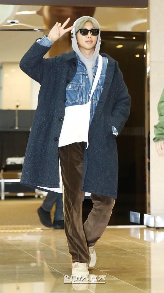 Em út mặt trắng bệch dẫn đầu đoàn BTS đọ sắc với Suho (EXO), mỹ nhân Seolhyun khoe dáng sang chảnh tại sân bay - Ảnh 13.