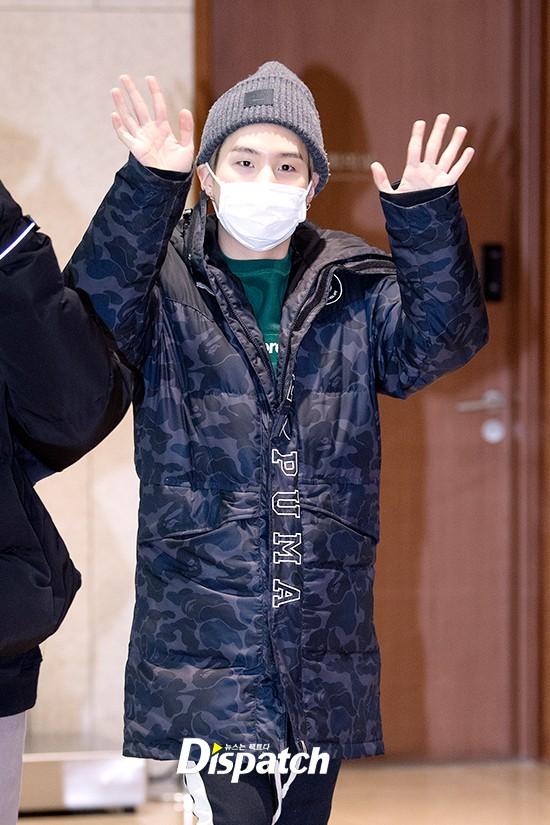 Em út mặt trắng bệch dẫn đầu đoàn BTS đọ sắc với Suho (EXO), mỹ nhân Seolhyun khoe dáng sang chảnh tại sân bay - Ảnh 14.