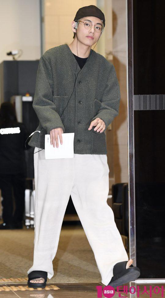 Em út mặt trắng bệch dẫn đầu đoàn BTS đọ sắc với Suho (EXO), mỹ nhân Seolhyun khoe dáng sang chảnh tại sân bay - Ảnh 12.
