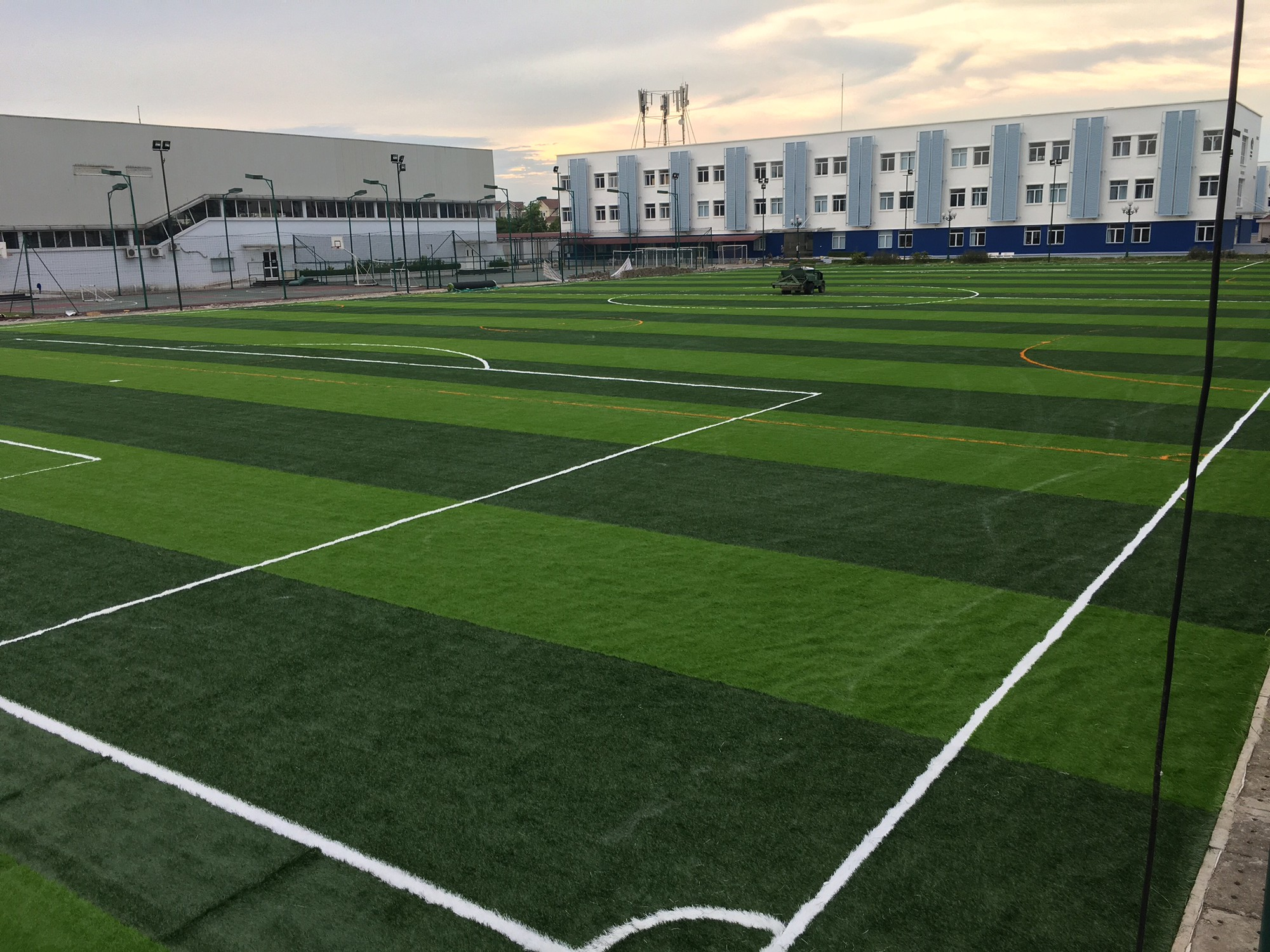 Những tác hại của mặt cỏ nhân tạo - thứ mặt cỏ mà U22 Việt Nam đang phải thi đấu tại giải U22 Đông Nam Á - Ảnh 2.