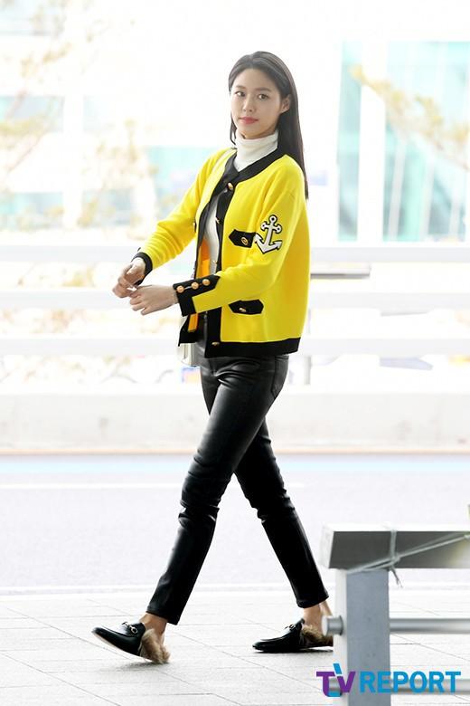 Em út mặt trắng bệch dẫn đầu đoàn BTS đọ sắc với Suho (EXO), mỹ nhân Seolhyun khoe dáng sang chảnh tại sân bay - Ảnh 20.