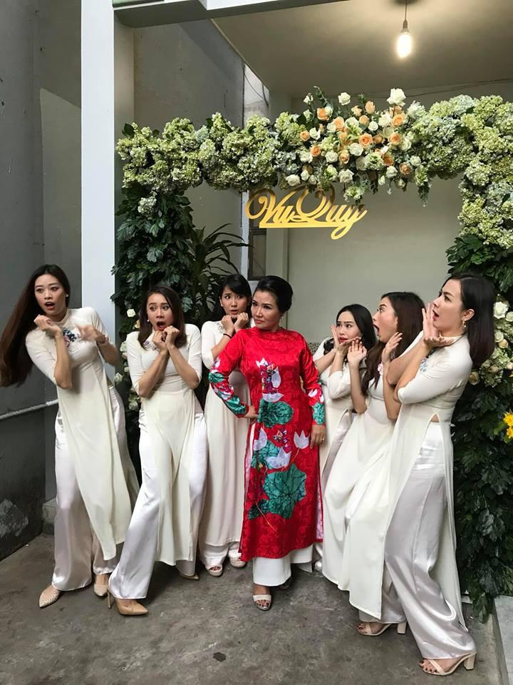 Vợ chồng Ái Châu - Huỳnh Đông cùng dàn diễn viên nổi tiếng bưng quả trong đám hỏi sao nữ Gạo nếp gạo tẻ - Ảnh 6.