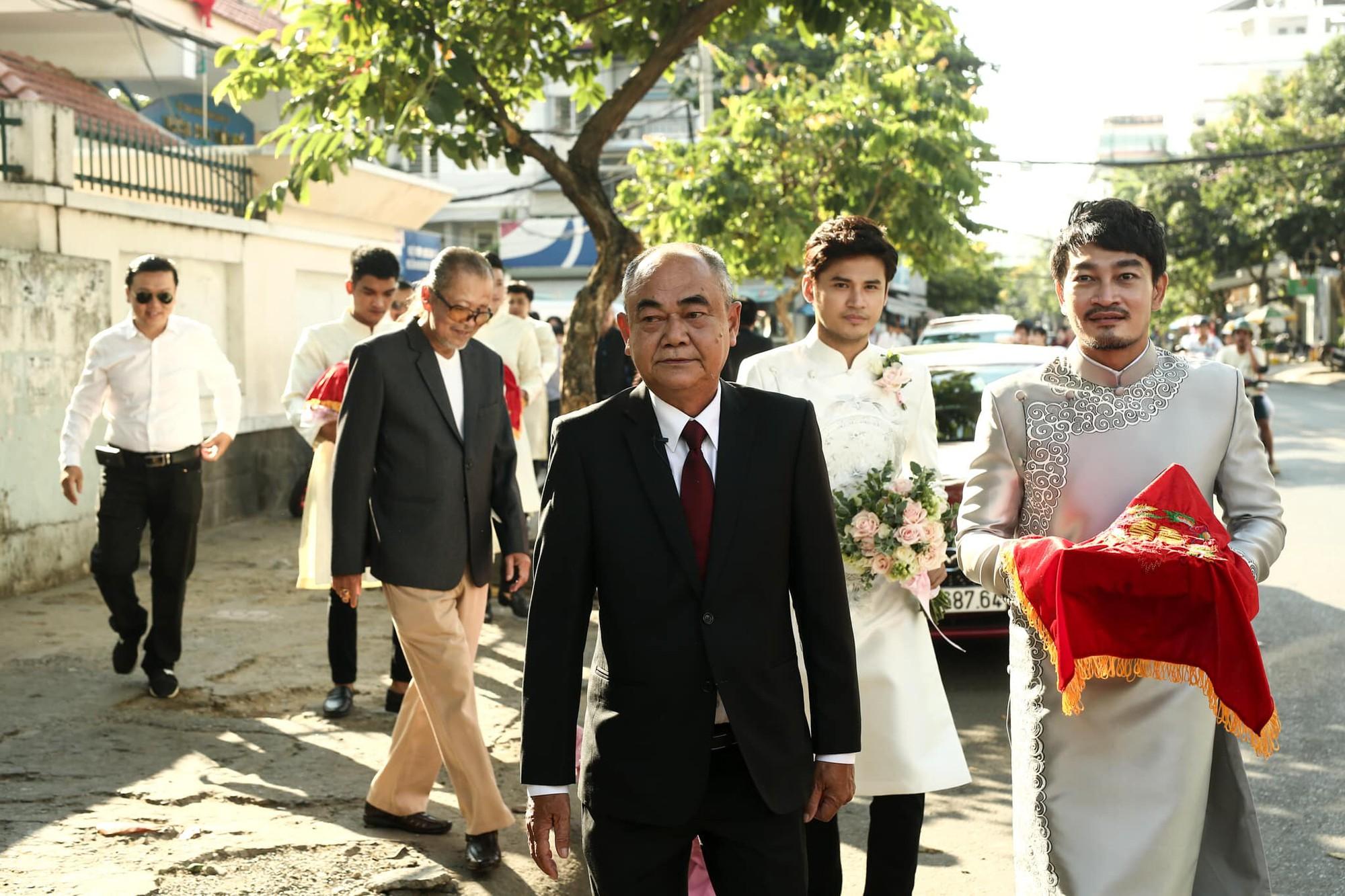 Vợ chồng Ái Châu - Huỳnh Đông cùng dàn diễn viên nổi tiếng bưng quả trong đám hỏi sao nữ Gạo nếp gạo tẻ - Ảnh 1.