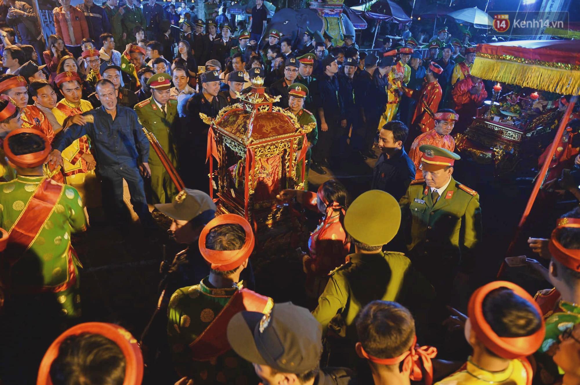 Người dân ném tiền vào kiệu ấn trước giờ khai hội tại Đền Trần - Ảnh 12.