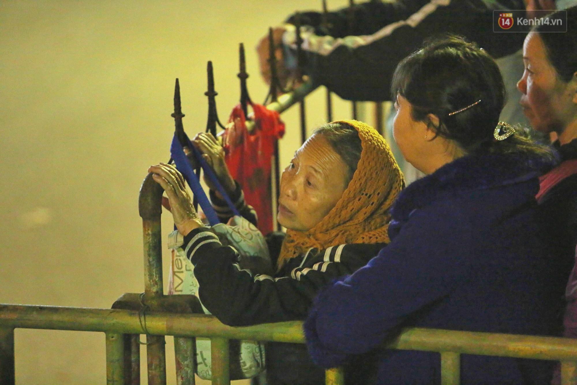 Người dân ném tiền vào kiệu ấn trước giờ khai hội tại Đền Trần - Ảnh 22.