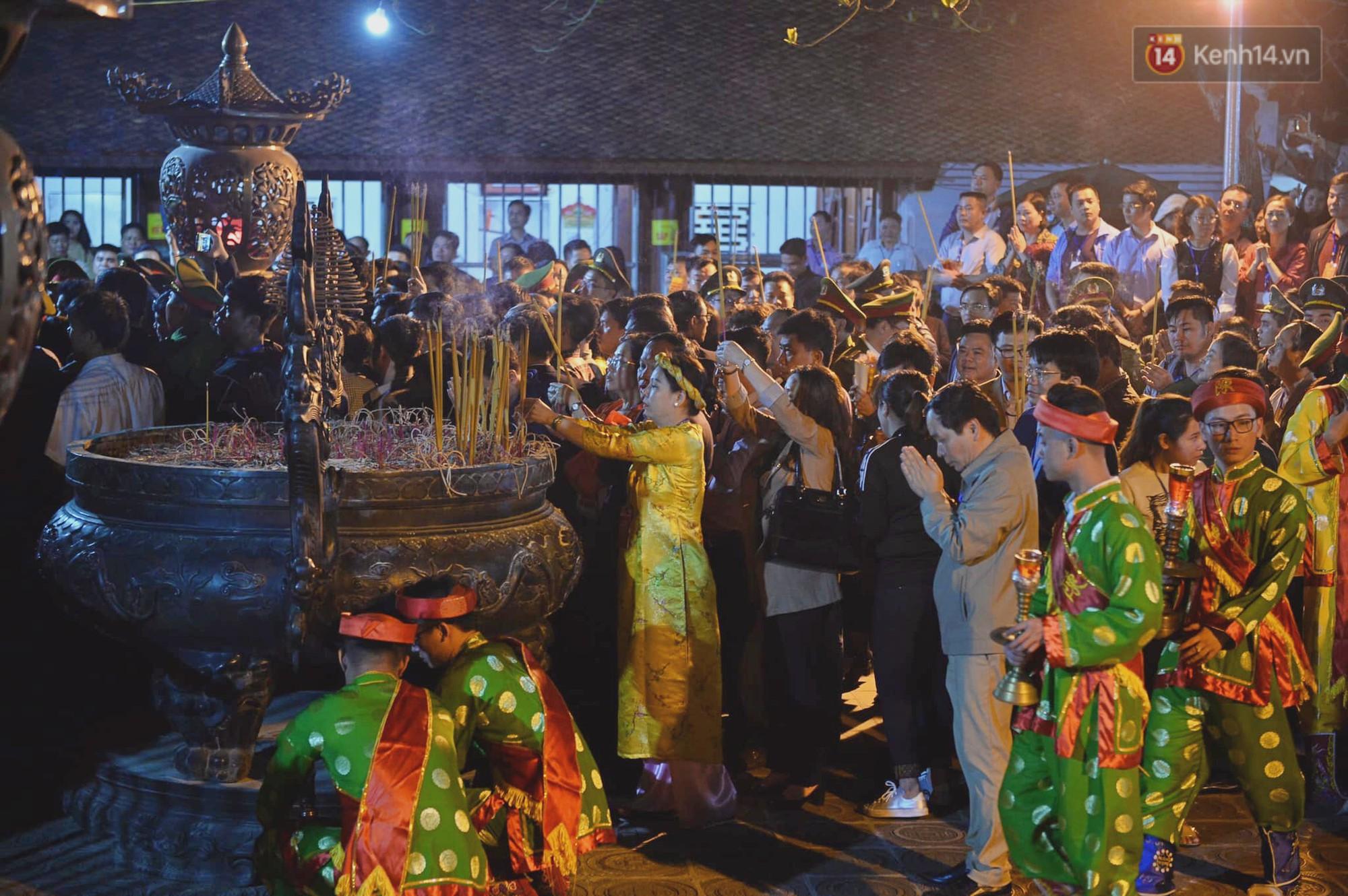 Người dân ném tiền vào kiệu ấn trước giờ khai hội tại Đền Trần - Ảnh 6.
