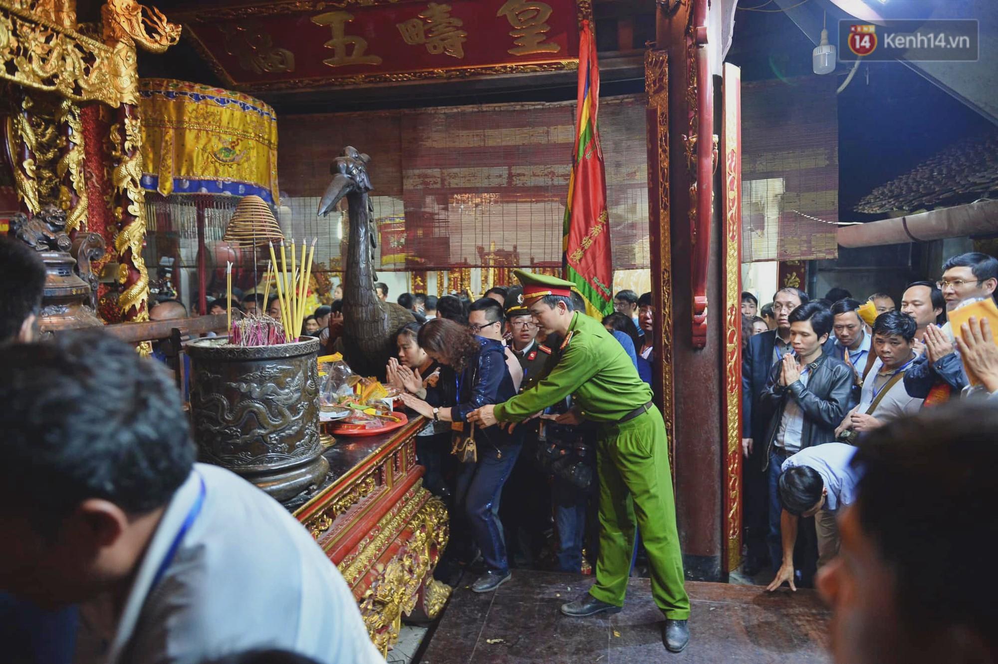 Người dân ném tiền vào kiệu ấn trước giờ khai hội tại Đền Trần - Ảnh 13.