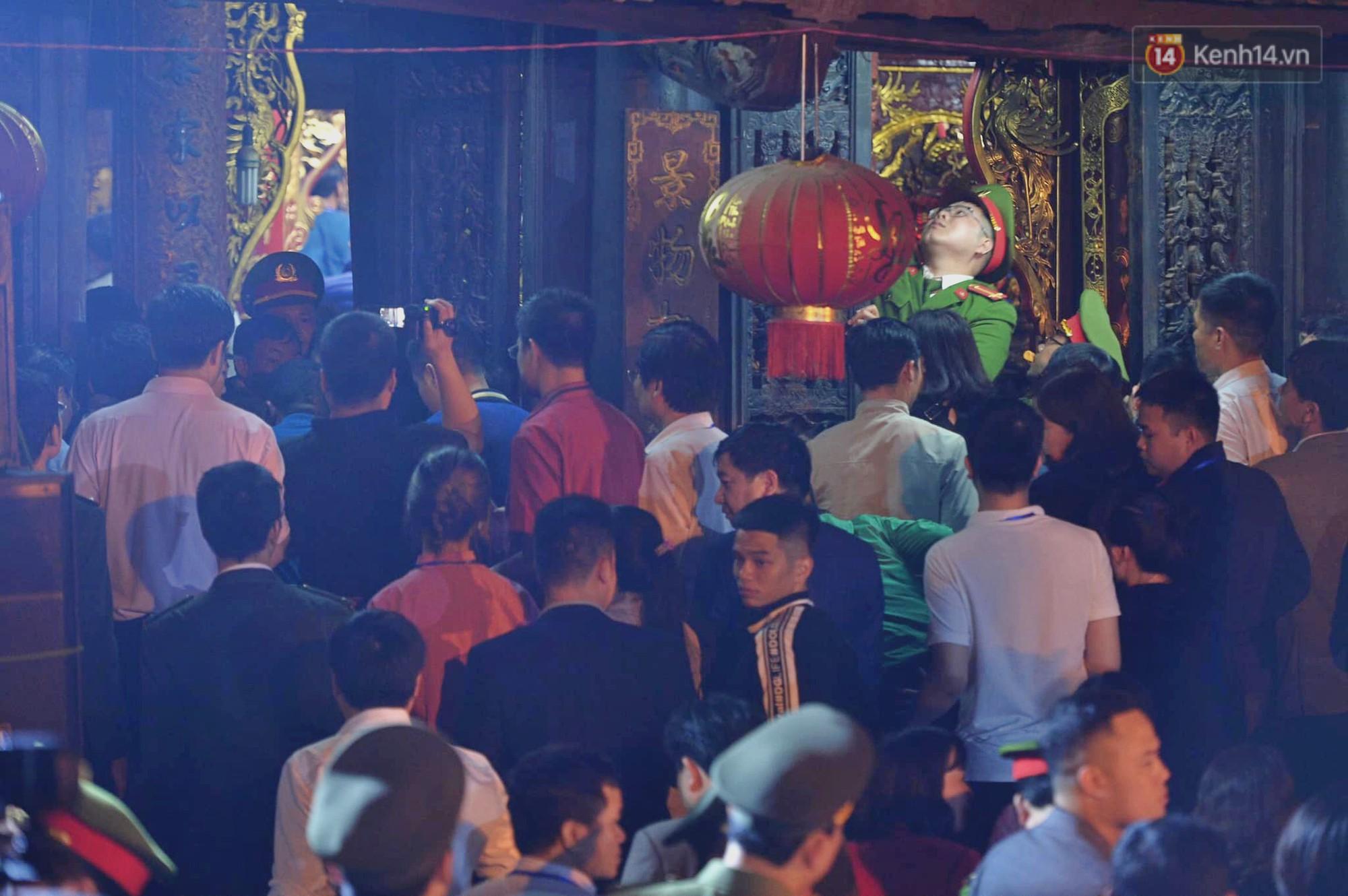 Người dân ném tiền vào kiệu ấn trước giờ khai hội tại Đền Trần - Ảnh 11.