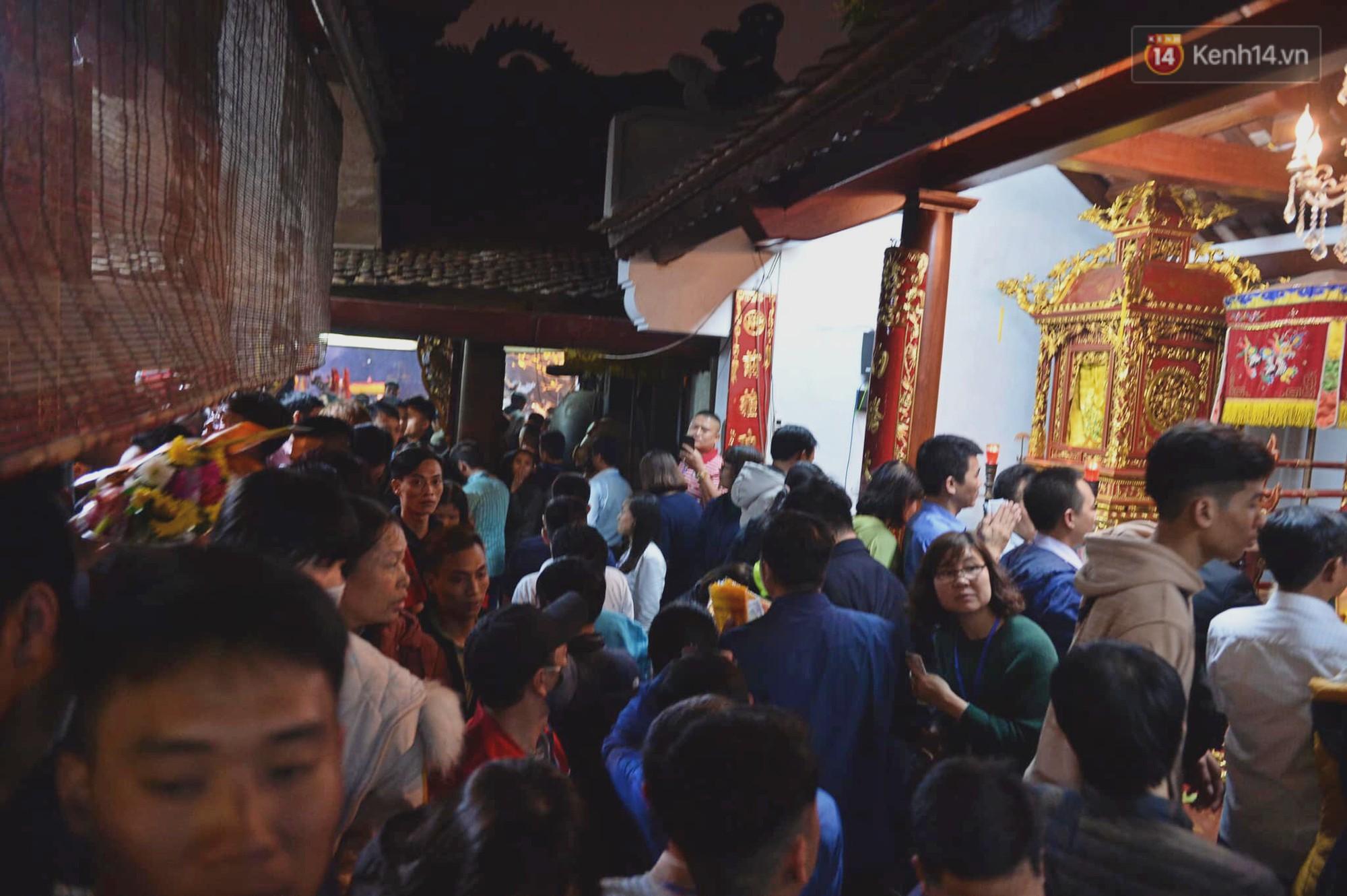 Người dân ném tiền vào kiệu ấn trước giờ khai hội tại Đền Trần - Ảnh 15.