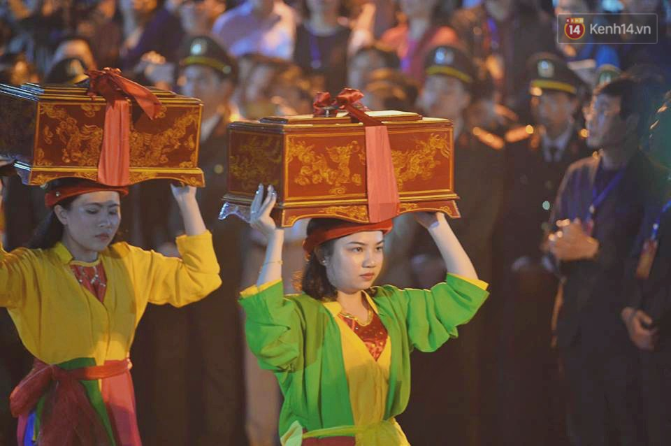 Người dân ném tiền vào kiệu ấn trước giờ khai hội tại Đền Trần - Ảnh 2.