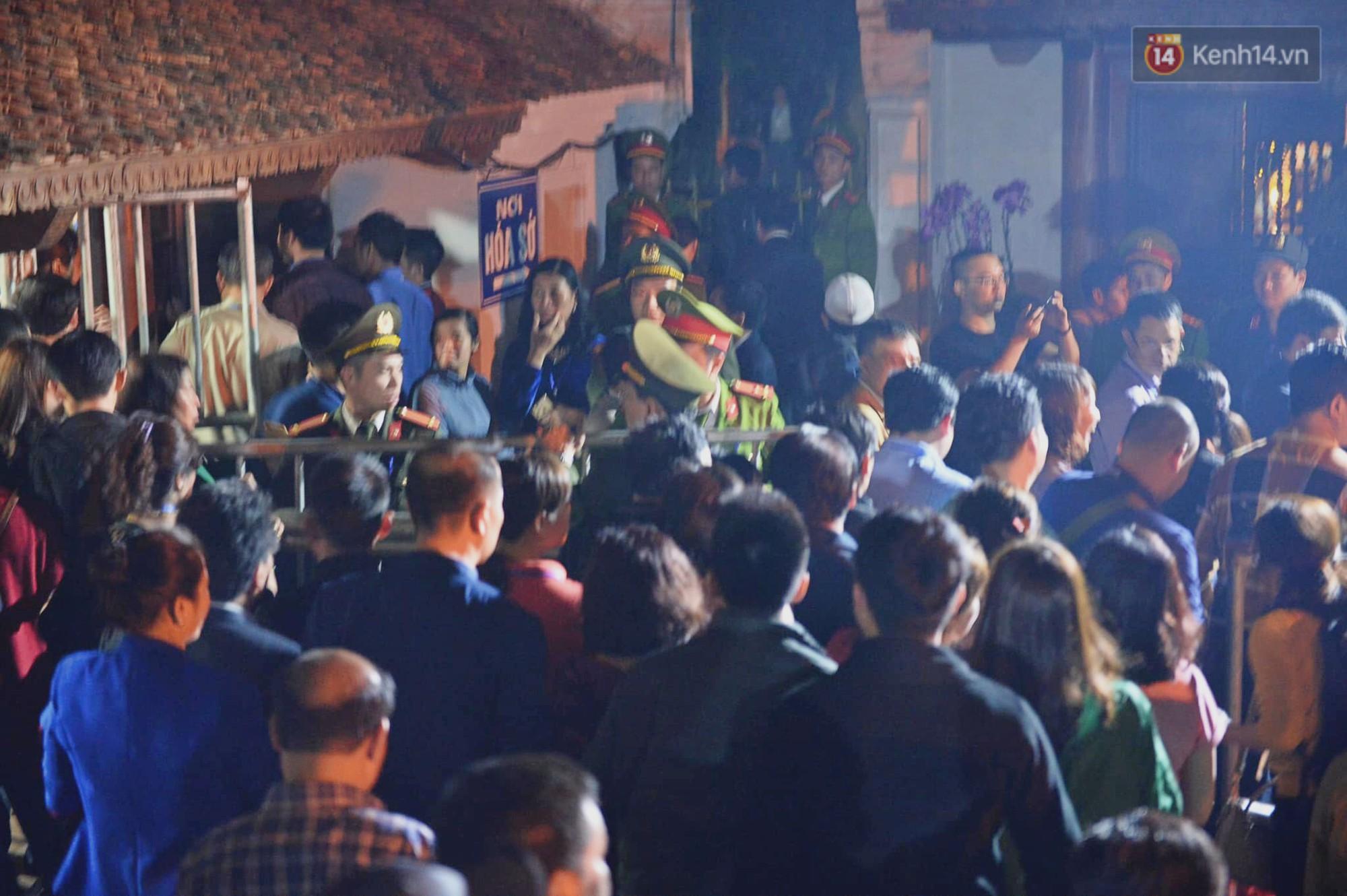 Người dân ném tiền vào kiệu ấn trước giờ khai hội tại Đền Trần - Ảnh 10.