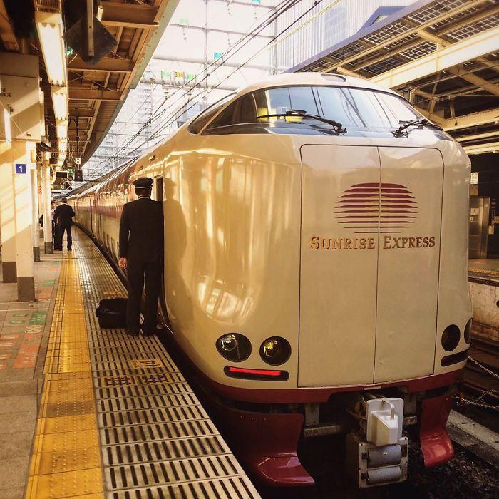 Sunrise Express Gồm 14 Toa Chạy Từ Ga Tokyo, Nhưng Đến Ga Okayama Sẽ Tách  Ra Làm 2 Đoàn Tàu Nhỏ - Mỗi Đoàn 7 Toa.
