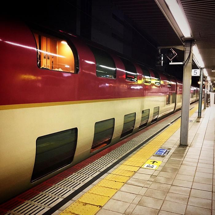 Tàu hỏa xuyên đêm ở Nhật Bản: Bên ngoài cũ kĩ đơn sơ, bên trong nội thất tiện nghi bất ngờ - Ảnh 4.