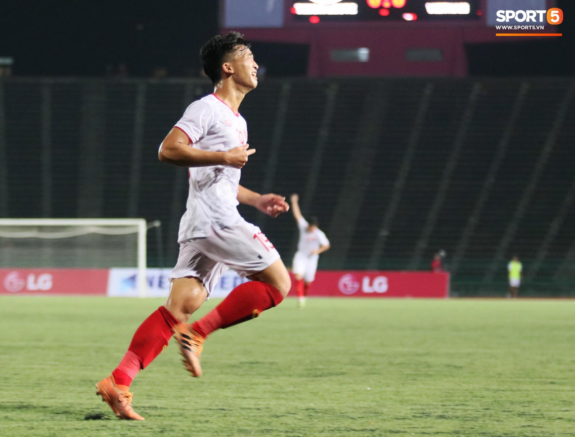 Trần Danh Trung bật khóc nức nở khi ghi bàn thắng may mắn cho U22 Việt Nam - Ảnh 2.